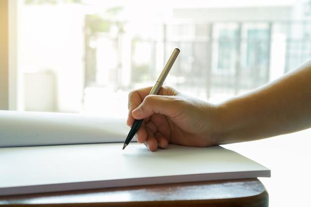 Zakenman manager controleert en ondertekent aanvrager die documenten invult, rapporten, papieren aanvraagformulier voor bedrijven of registreert claim op balie. documentrapport en drukke bedrijfsconcept