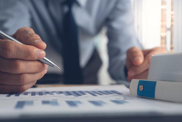 Zakenman marktrapport in kantoor analyseren