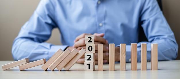 Zakenman met 2021 houten blokken