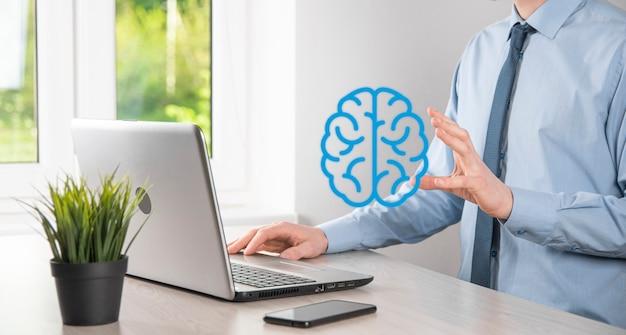 Zakenman met abstracte hersenen en pictogramhulpmiddelen, apparaat, klantnetwerkverbindingscommunicatie over virtuele, innovatieve ontwikkelingstechnologie van de toekomst, wetenschap, innovatie en bedrijfsconcept.