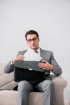 Zakenman met aktentas in bedrijfsconcept