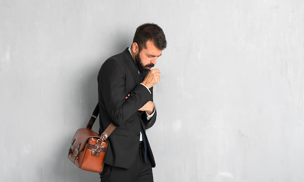 Zakenman met baard lijdt aan hoesten en zich slecht voelen