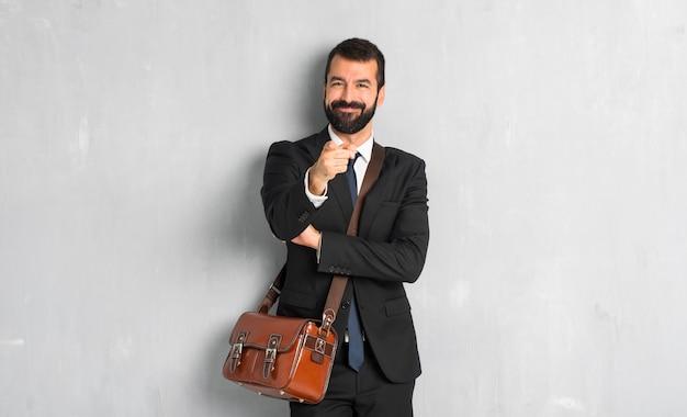 Zakenman met baard wijst vinger naar je met een zelfverzekerde expressie