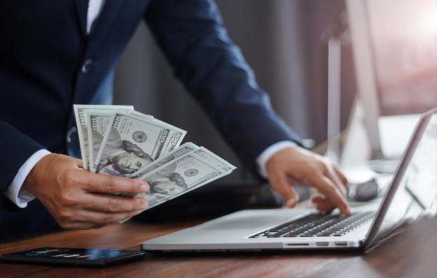 Zakenman met bankbiljet en analyse berekent valuta investment banking en financial