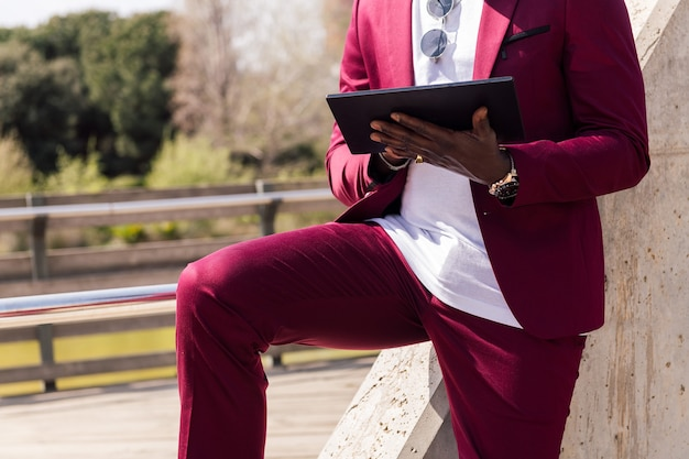 Zakenman met behulp van een tablet en smartphone