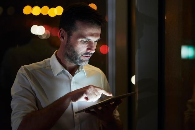 Zakenman met behulp van een tablet in zijn kantoor