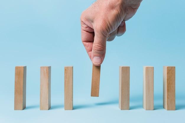 Zakenman met behulp van houten stukken