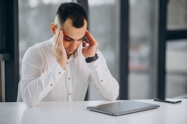 Zakenman met behulp van laptop op kantoor