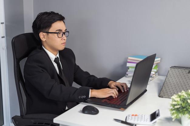 Zakenman met behulp van laptopcomputer