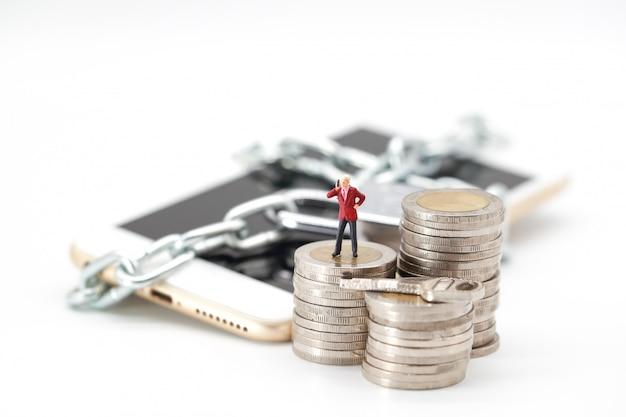 Zakenman met behulp van slimme telefoon op het stapelen van munten