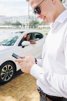 Zakenman met behulp van telefoon in de stad