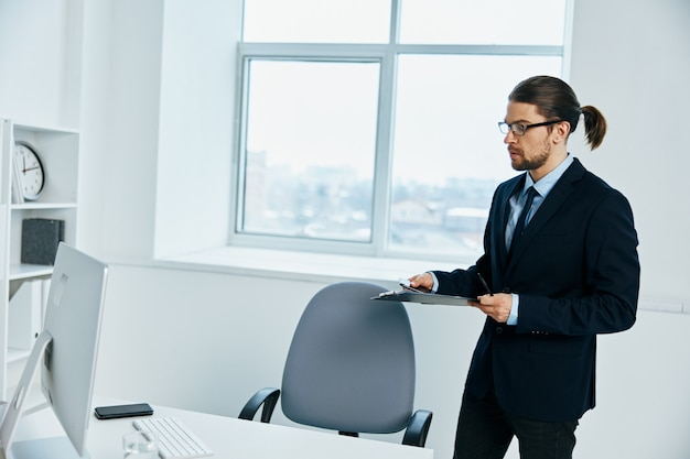 Zakenman met bril zelfvertrouwen werk levensstijl