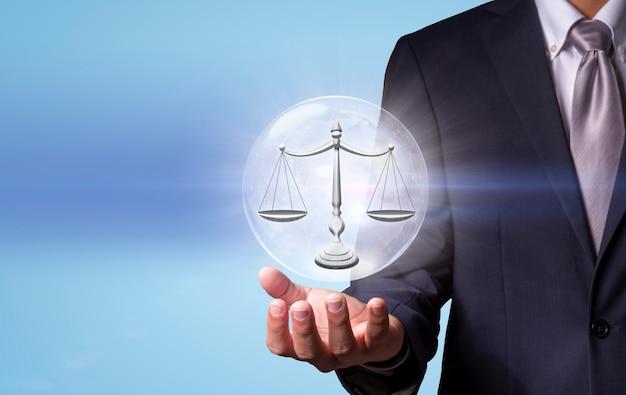 Zakenman met digitaal beeld van schalen van rechtvaardigheid wet en rechtvaardigheid concept