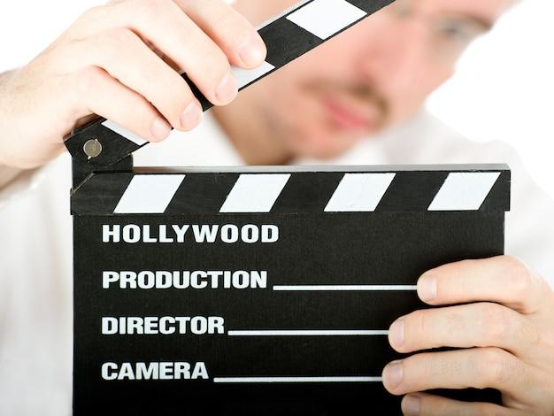 Zakenman met een filmlei op wit wordt geïsoleerd