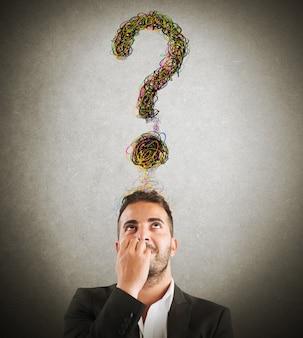 Zakenman met een groot vraagteken boven het hoofd