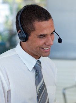 Zakenman met een hoofdtelefoon in een call centre