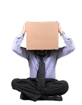 Zakenman met een kartonnen doos op het hoofd