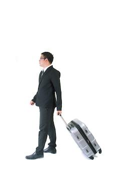 Zakenman met een koffer op witte achtergrond wordt geïsoleerd die