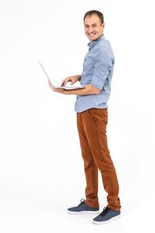 Zakenman met een laptop - geïsoleerd op een witte achtergrond