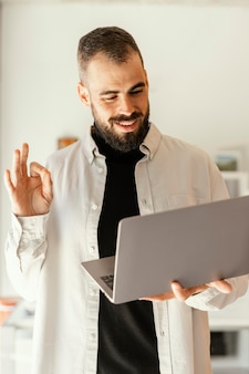 Zakenman met een onlinevergadering