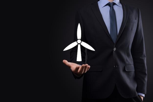 Zakenman met een pictogram van een windmolen die milieu-energie produceert.