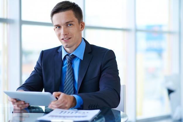 Zakenman met een tablet in het kantoor