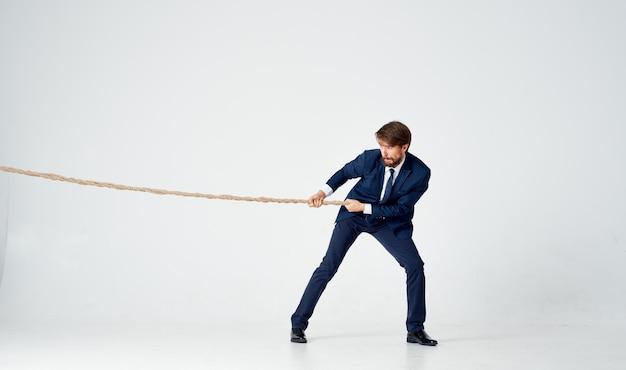 Zakenman met een touw in zijn handen spanningsmodel om het doel te bereiken