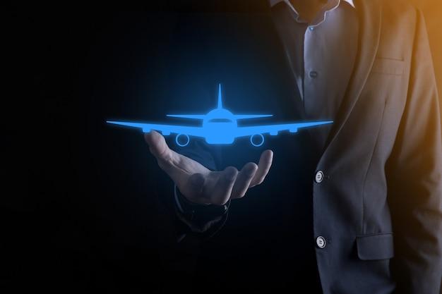 Zakenman met een vliegtuigpictogram in zijn handen. online kaartaankoop. reizen.