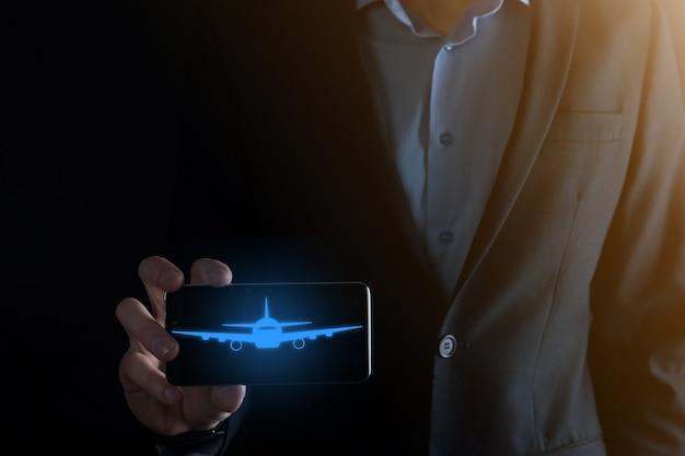 Zakenman met een vliegtuigpictogram in zijn handen.