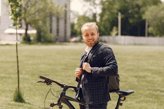 Zakenman met fiets in een zomerstad