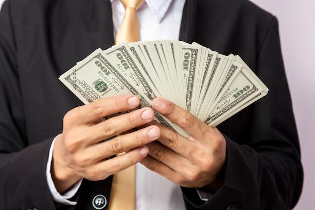 Zakenman met geld in studio. bedrijfsconcept