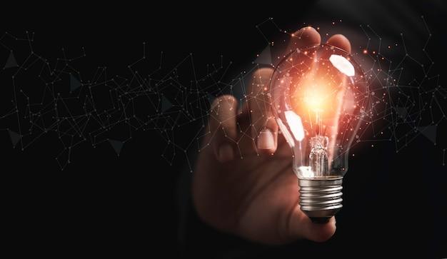 Zakenman met gloeilamp gloeien met verbindingslijn voor creatief denkende ideeën en innovatieconcept.