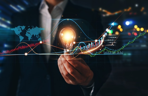Zakenman met gloeilamp met groeigrafiek financiële innovatietechnologie succesvol en groei businessplan voor groei