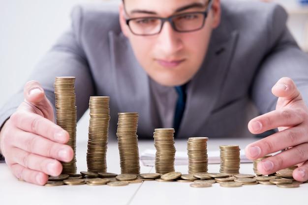 Zakenman met gouden munten in bedrijfsgroei concept