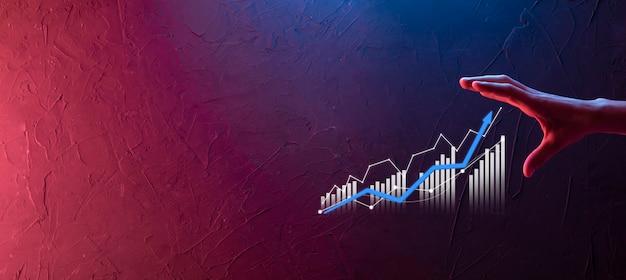Zakenman met grafiekgroei en toename van positieve grafiekindicatoren in zijn bedrijf