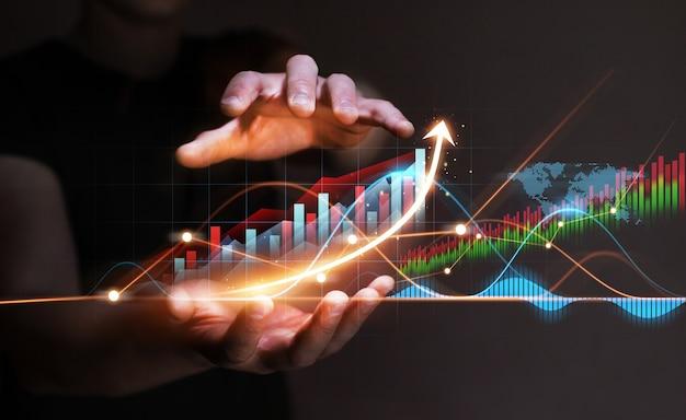 Zakenman met groeigrafiek van zakelijke bedrijfsstrategieontwikkeling en groeiend groeiplan wereldwijde bedrijfsinvesteringen
