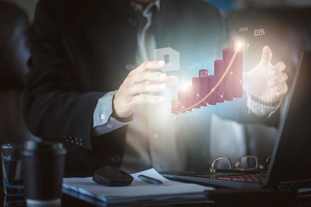 Zakenman met hallo grafische de winst van de technologie virtuele werkelijkheid. concept van bedrijfstechnologie en digitale marketing.