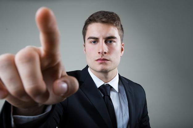 Zakenman met het wijzen op iets of een scherm aanraken.