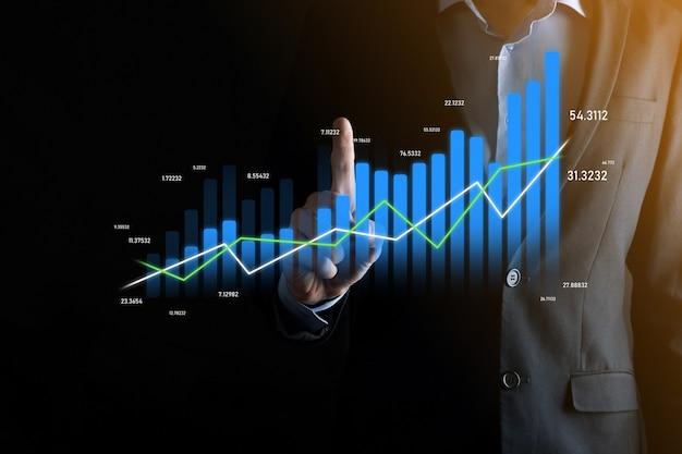 Zakenman met holografische grafieken en beursstatistieken winnen winst. concept van groeiplanning en bedrijfsstrategie. weergave van een goed economisch formulier digitaal scherm.