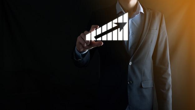 Zakenman met holografische grafieken en beursstatistieken winnen winst. concept van groeiplanning en bedrijfsstrategie. weergave van een goede economie van het digitale scherm.