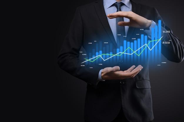 Zakenman met holografische grafieken en beursstatistieken winnen winst