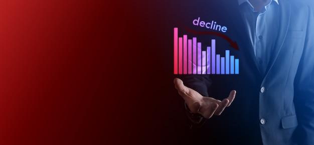 Zakenman met holografische grafieken en voorraad. afwijzen, verlagen, omlaag, laten vallen. bedrijfsstatistiek. carrière, geld, succesconcept. regressie, crisis. zakelijke en financiële crisis concept