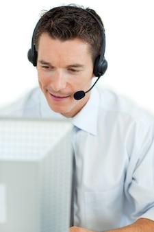 Zakenman met hoofdtelefoon bij het werken bij een computer