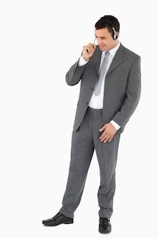 Zakenman met hoofdtelefoon tegen een witte achtergrond