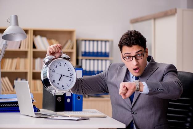 Zakenman met klok die deadlines niet haalt