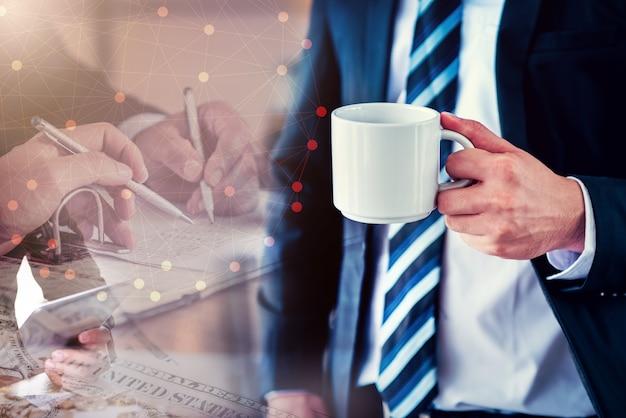 Zakenman met koffie, werken voor succes en doel achtergrond