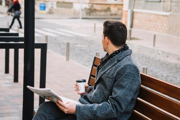 Zakenman met krant en koffie