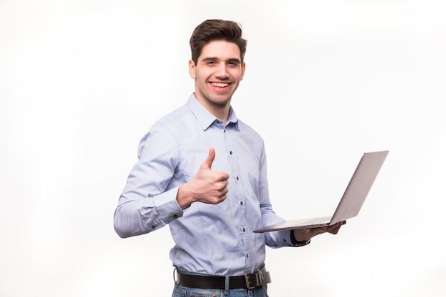 Zakenman met laptop computer die zijn duimen tonen die omhoog op witte ruimte worden geïsoleerd