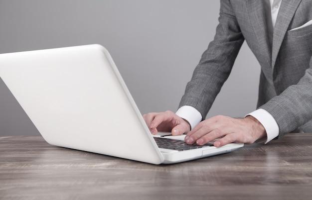 Zakenman met laptop op kantoor.