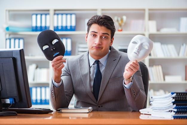 Zakenman met masker in het concept van de bureauhypocrisie